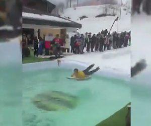 【動画】冬の祭りでサーフボードで雪の上を滑りが勢いが凄すぎ…