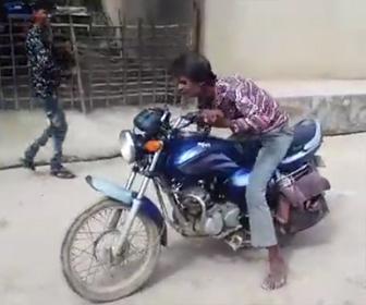 【動画】バイクを吹かしまくる酔っ払い男。バイクが発進させるが壁に激突してしまう
