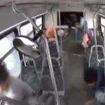 【動画】警察から逃げる猛スピードの車が交差点でバスに激突。バスが横転してしまう衝撃事故
