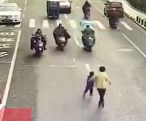 【動画】母親と少年が歩いて道を渡ろうとするが母親の目の前で少年がスクーターに轢かれてしまう