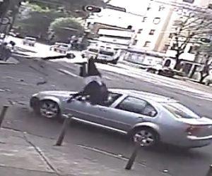 【動画】電動キックボードが左折する車に撥ね飛ばされてしまう