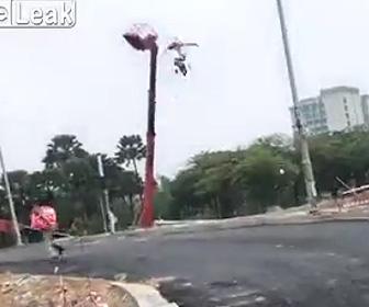 【動画】クレーン車が倒れゴンドラから作業員2人が放り出されてしまう衝撃事故