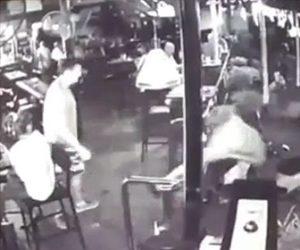 【動画】男が突然、男性の頭を後ろからビール瓶で殴る男性は意識を失い倒れてしまう
