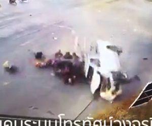 【動画】18人乗せたピックアップトラックが右折する車に激突し横転してしまう