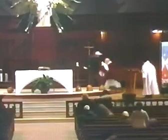 【動画】テレビで生中継の礼拝中に神父が男にナイフで刺される衝撃映像