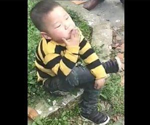 【動画】幼児が足を組みタバコをふかす衝撃映像