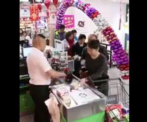 【動画】レジで会計する女性のカバンから財布を盗もうとする男にレジ係が気付く