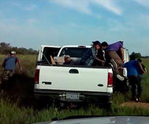 【動画】メキシコ国境でアメリカに密入国する車が警察車両から逃げるが…