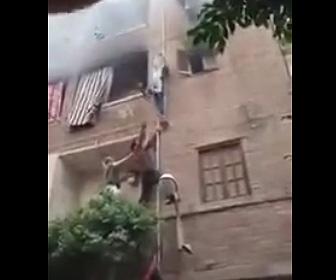 【動画】火事になったマンション4階から外のガス管を登り母親と子供を助け出す衝撃映像