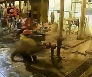 【動画】石油プラットフォームで事故。作業員が外れたパイプ吹き飛ばされ下敷きになってしまう