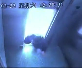 【動画】中国のエレベーターが危険すぎる。ドアが開いたまま動き出し…