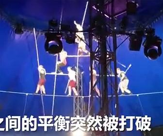 【動画】サーカスでピラミッド綱渡りするパフォーマーがバランスを崩し5名が落下してしまう