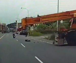 【動画】クレーン車のワイヤーロープにスクーターに乗る男性が突っ込んでしまう