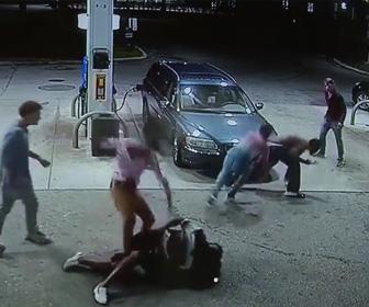 【動画】ガソリンスタンドで銃を持った強盗に男性達が襲われるが必死に抵抗する