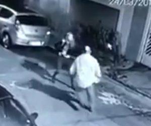 【動画】強盗が車から降り若い女性に襲いかかるが女性は婦人警官で…