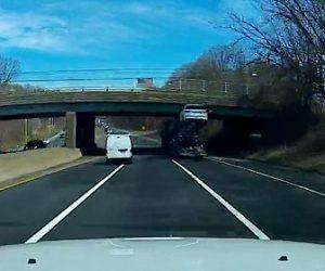 【動画】車両運搬車が運ぶ車が高架橋に激突してしまう衝撃映像