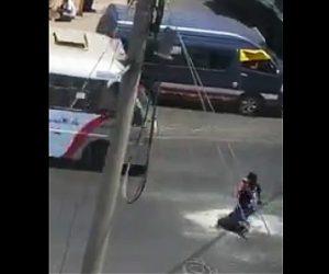 【動画】車道にあるマンホールに道を渡る男性が落下してしまう衝撃映像
