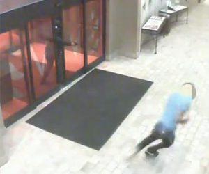 【動画】銃を持った殺し屋から男性がホテルの入口をこじ開け必死に逃げる