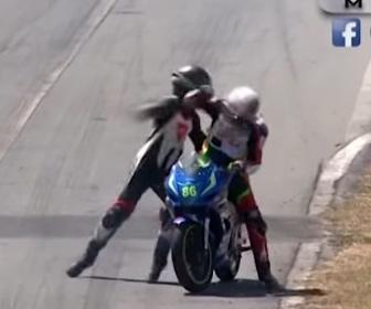 【動画】バイクレースで2台が接触しライダーが接触したバイクに乗り移り殴り合いになる