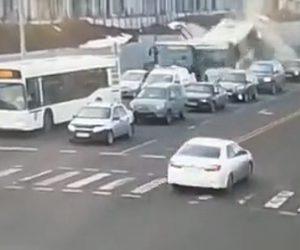 【動画】信号で停車しているバスに猛スピードのバスが突っ込んでしまう恐ろしい事故映像