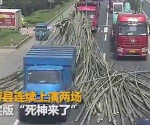 【動画】竹を大量に積んだトラックが急ブレーキし、竹が前の車に突っ込んでしまう