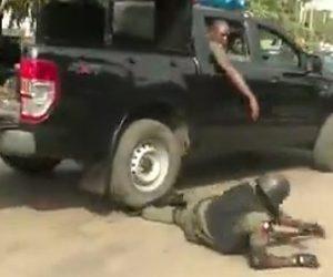 【動画】警察官がピックアップトラック荷台から振り落とされ足を轢かれてしまう衝撃映像