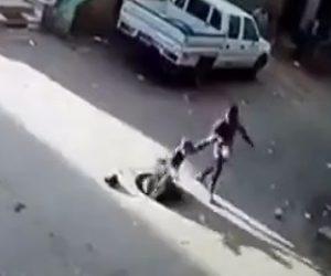 【動画】女性がズレたマンホールの蓋を踏んでしまいマンホールに落下する衝撃映像