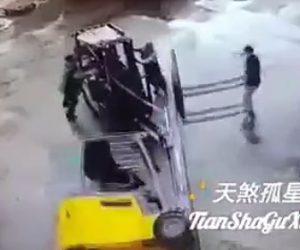 【動画】倒れたフォークリフトをフォークリフトで起こそうとするが…
