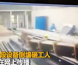 【閲覧注意動画】クレーンが倒れ作業員に直撃してしまう衝撃映像