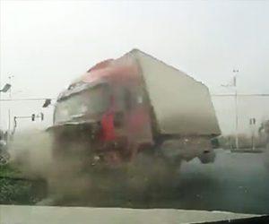 【動画】信号待ちで停車しているタクシーに後ろから大型トラックが突っ込んで来る