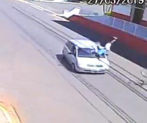 【動画】自転車が突然方向転換し道を渡ろうとするが車にはね飛ばされてしまう