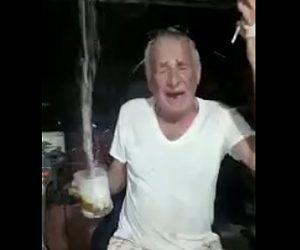 【動画】酔っ払ったおじいさんが持つビールジョッキの中に火が付いた爆竹を入れるいたずら