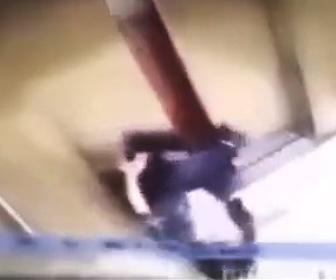 【動画】中国のエレベーターが恐ろしい!扉に女性の足が挟まったまま動き出してしまい…