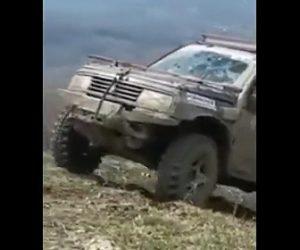 【動画】山の急斜面を登るレースで登り切る直前で車が転落してしまい…