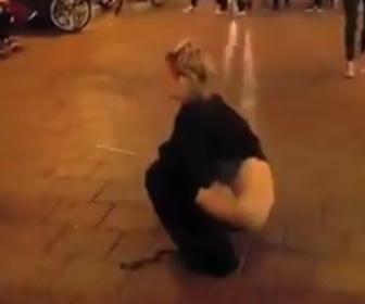 【動画】女性が突然、大勢が歩いている路上でオシ●コをする衝撃映像