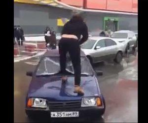【動画】駐車場で邪魔だった車を男がハンマーでボッコボコにしてしまう衝撃映像