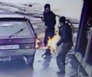 【動画】ガソリンスタンドで酔っぱらった男達がふざけて給油口にライターを近付け…