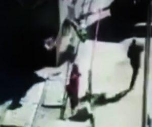 【動画】線路を歩いて渡る歩行者が後ろから電車に撥ね飛ばされてしまう衝撃映像