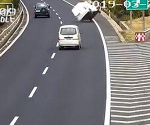 【動画】高速道路出口を通り過ぎてしまった車が停車してしまい避けようとした車が横転