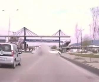 【動画】猛スピードのBMWが車線変更して車を追い越していくが…