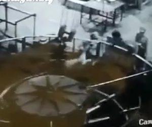 【閲覧注意動画】作業員が粉砕機に巻き込まれてしまう恐ろしい衝撃映像