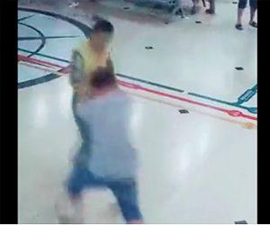 【動画】マチェーテを持った精神病の男が女性を殺しに来るが勇敢なおじいさんが…