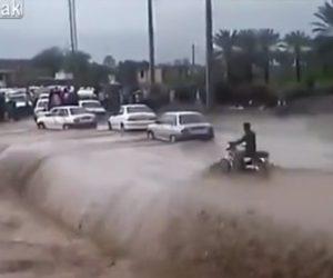【動画】洪水で増水した川をバイクで渡ろうとするが流れが強すぎ…