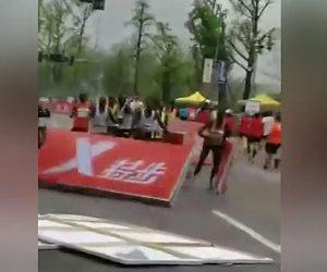 【動画】マラソン大会でヘリコプターが低く飛びすぎ、風で看板が飛ばされ…