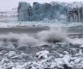 【動画】巨大な氷河が崩れ大波から必死に逃げる観光客