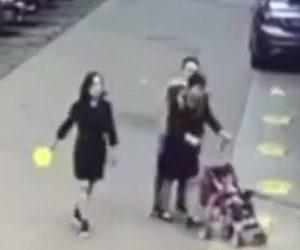 【動画】ベビーカーを押す母親の首から金のネックレスを奪い取る男