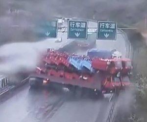 【動画】高速道路でトラックが横滑りし後続のトラックが次々と突っ込んでしまう衝撃事故