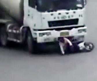 【動画】母と子が乗るスクーターが右折するミキサー車の死角に入ってしまい…
