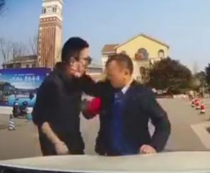 【動画】中国の当たり屋がヤバすぎる!車の前から動かずドライバーと口論になり…