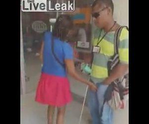 【動画】通りすがりの女が目の見えない男性の股間を触る